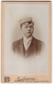 Fotografie H. Behning, Buxtehude, Portrait Student mit Mütze und Zwicker