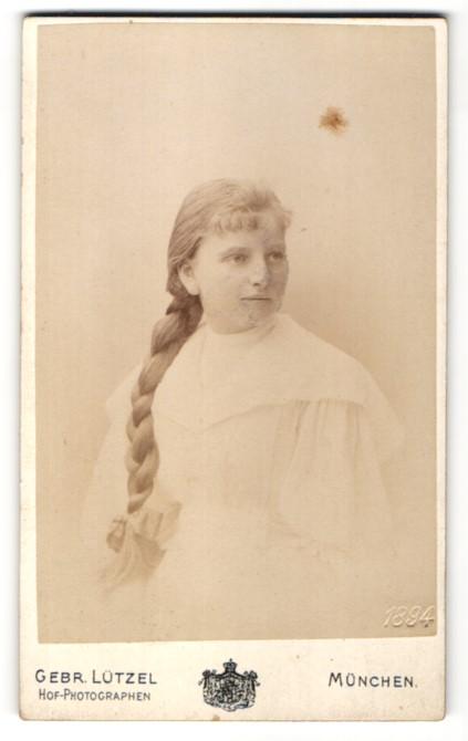 Fotografie Gebr. Lützel, München, Portrait Mädchen mit langem geflochtenem Zopf