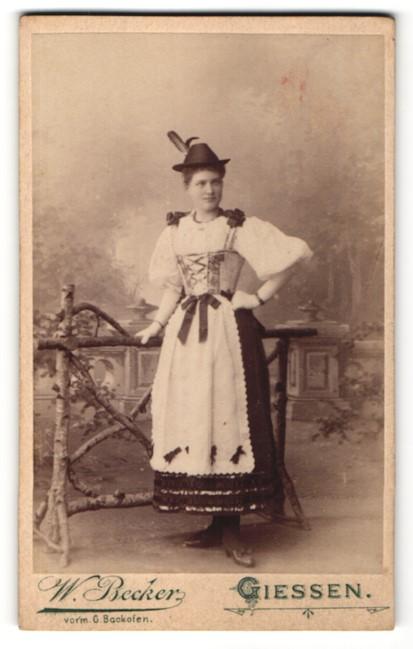 Fotografie W. Becker, Giessen, Portrait junge Frau in Tracht