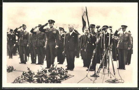 AK Paris, Le General Eisenhower a la tombe du Soldat Inconnu, Salutieren am Soldatengrab