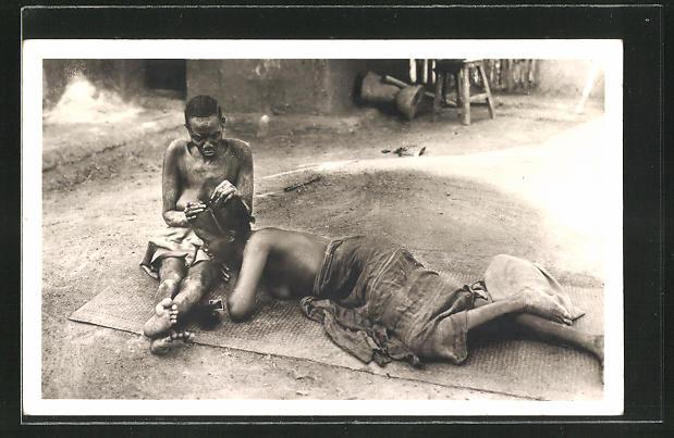 AK Guinea, Junge Frau beim Friseur