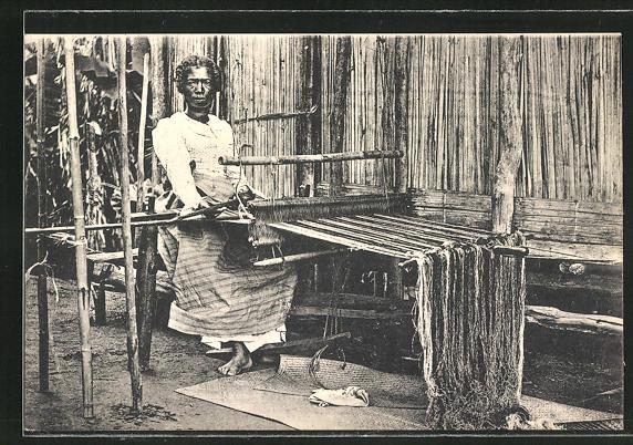 AK Frau in einer Weberei am Webstuhl sitzend