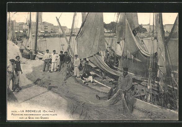 AK La Rochelle, Pecheurs racommodant leurs Filets sur le Quai des Dames