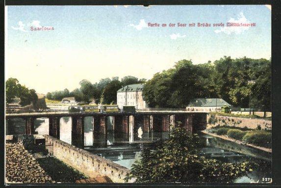 AK Saarlouis, Sicht zum Militärlazarett, Brücke mit Strassenbahn