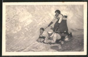AK Zwei Frauen und ein Mann fahren mit einem Schlitten