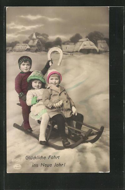 AK Kinder auf einem Schlitten mit einem Hufeisen, Neujahrsgruss