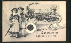 AK Zürich, Eidg. Schützenfest 1907, Strassenzug Musikkapelle und Paar in Tracht
