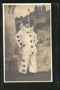 Foto-AK Frau als Pierrot verkleidet vor einer Burgkulisse