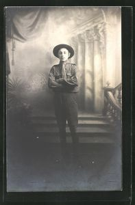 Foto-AK Pfadfinder in seiner Uniform posiert in einer Studiokulisse