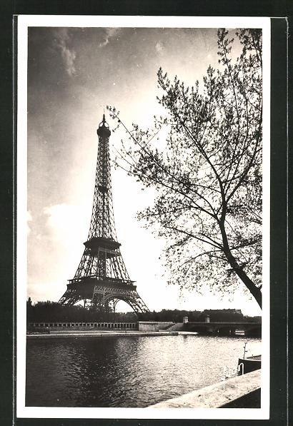 AK Paris, La Tour Eiffel, Eiffelturm in trübem Licht