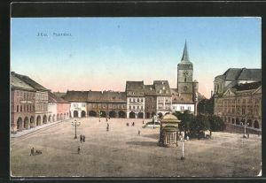 AK Jitschin / Gitschin / Jicin, Marktplatz mit Gebäudeansicht und Passanten