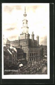 Foto-AK Posen / Poznan, Rathaus mit Passanten auf der Strasse
