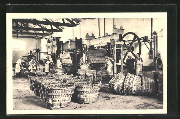 AK Männer an der Weinpresse