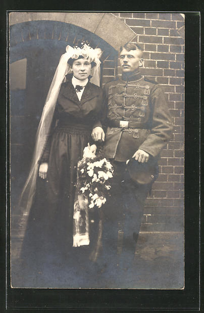 AK Hochzeitspaar, Braut mit Schleier, Bräutigam in Husarenuniform