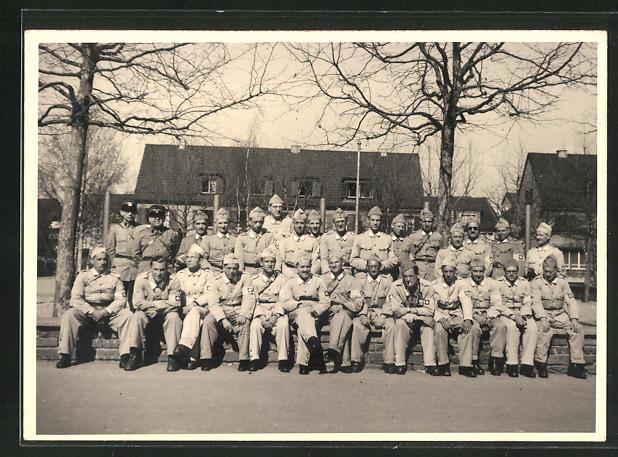 AK Kriegsgefangene, Gruppenbild vor einem Haus