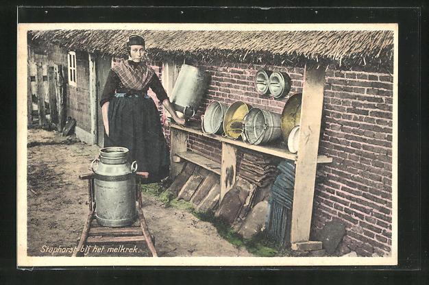AK Händlerin transportiert eine grosse Milchkanne