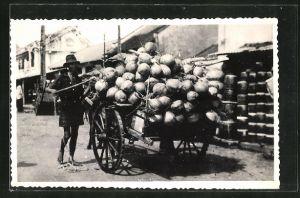 AK Kokosnuss-Händler verkauft seine Waren mit einem Wagen auf der Strasse