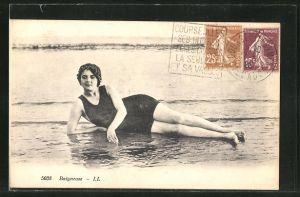 AK Dame im Badeanzug posiert liegend am Strand