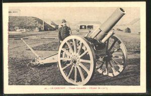 AK Französischer Artillerie-Soldat an seinem Geschütz, Usines Schneider, Obusier de 150 m/m