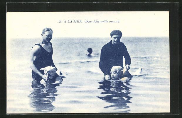 AK A la Mer, Deux jolis petits canards, Mädchen beim Schwimmen