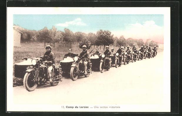 AK Camp du Larzac, Une section motorisée, französische Motorräder mit Beiwagen