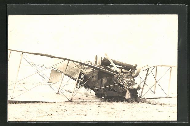 Foto-AK abgestürzter Doppeldecker, Flugzeug