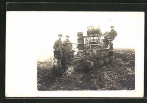 Foto-AK Bauern bei der Landarbeit mit Traktor und Pflug