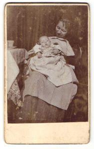 Fotografie unbekannter Fotograf und Ort, Portrait Mutter mit Säugling
