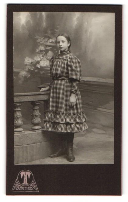 Fotografie Hermann Tietz, Stuttgart, Portrait Mädchen in kariertem Kleid