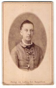 Fotografie Ludwig Holl, Mergentheim, Portrait Fräulein mit zusammengebundenem Haar