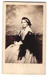 Fotografie unbekannter Fotograf und Ort, Portrait Dame in kariertem Kleid