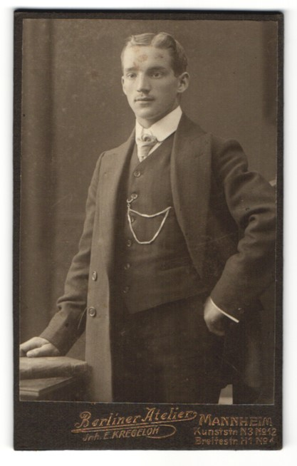 Fotografie E. Kregeloh, Mannheim, Portrait junger Herr in Anzug