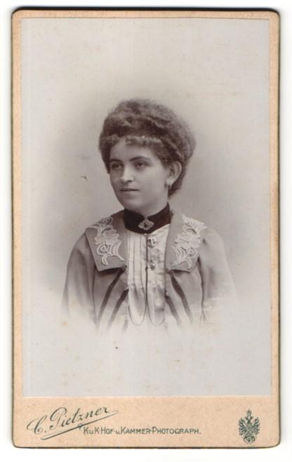Fotografie C. Pietzner, Teplitz, Portrait junge Dame mit Hochsteckfrisur