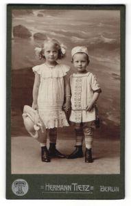 Fotografie Hermann Tietz, Berlin, Portrait Mädchen und jüngerer Bruder
