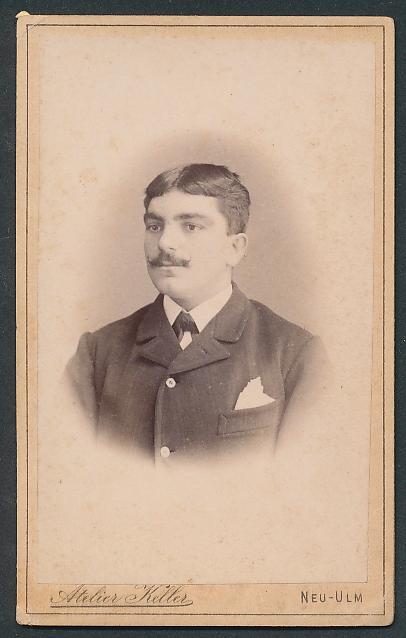 Fotografie Atelier Keller, Neu-Ulm, Portrait junger Herr mit Mittelscheitel