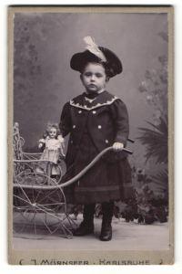 Fotografie J. Mürnseer, Karlsruhe, Portrait kleines Mädchen in modischer Kleidung mit Puppe