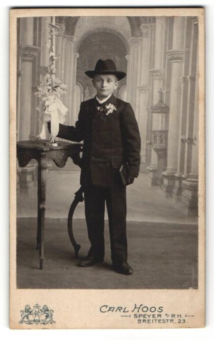 Fotografie Carl Hoos, Speyer a/Rh, Portrait Bub in feierlicher Kleidung mit Hut und Kerze