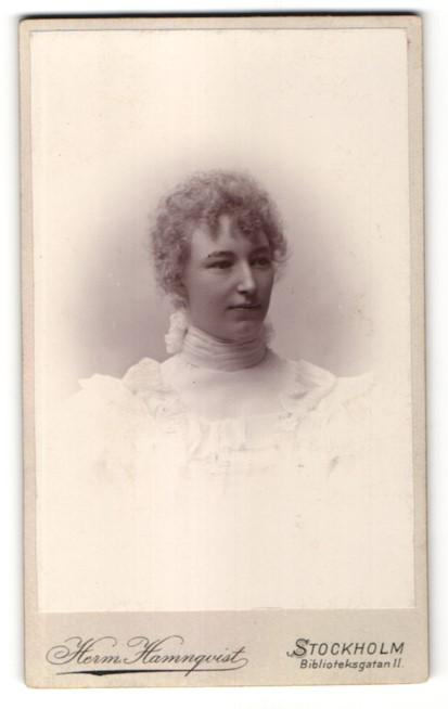 Fotografie Herm. Hamnquist, Stockholm, Portrait junge Dame mit lockigem Haar