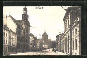 AK Schaffhausen, Blick in die Bahnhofsstrasse mit Gebäudeansicht und Passanten