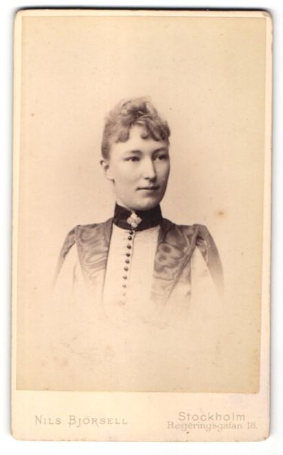 Fotografie Nils Björsell, Stockholm, Portrait junge Dame mit zusammengebundenem Haar