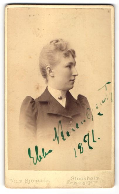Fotografie Nils Björsell, Stockholm, Profilportrait junge Dame mit zusammengebundenem Haar