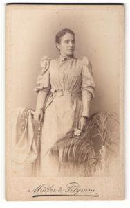 Fotografie Müller & Pilgram, Halle a/S, Portrait junge Frau in modischem Kleid