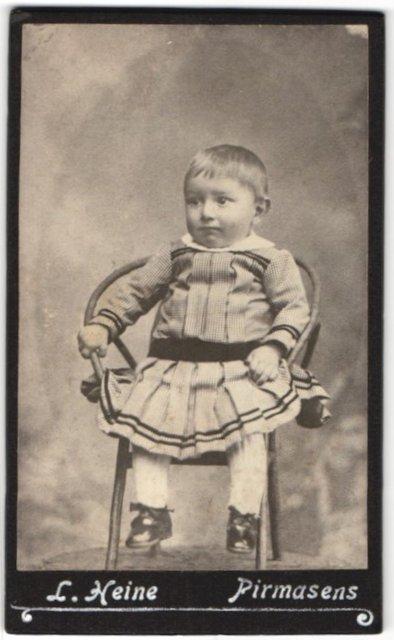 Fotografie L. Heine, Pirmasens, Portrait Kleinkind in Kleidchen
