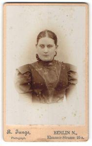 Fotografie R. Junge, Berlin, Portrait junge Frau mit streng zusammengebundenem Haar