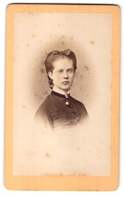 Fotografie L. Belitski, Nordhausen, Portrait Fräulein mit zeitgenöss. Frisur