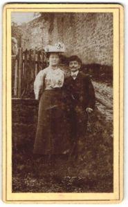 Fotografie unbekannter Fotograf und Ort, Portrait Paar in Ausgehkleidung im Freien