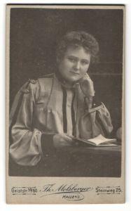 Fotografie Th. Molsberger, Halle a/S, Portrait junge Dame in zeitgenöss. Kleidung