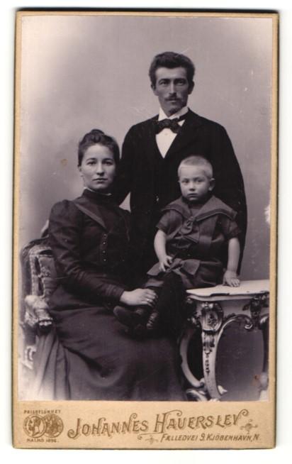 Fotografie Johannes Hauerlev, Kjöbenhavn, Portrait bürgerliche junge Familie