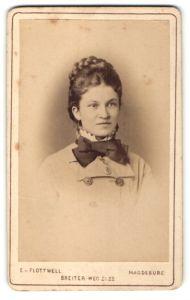 Fotografie E. v. Flottwell, Magdeburg, Portrait junge Dame mit aufwendiger Frisur