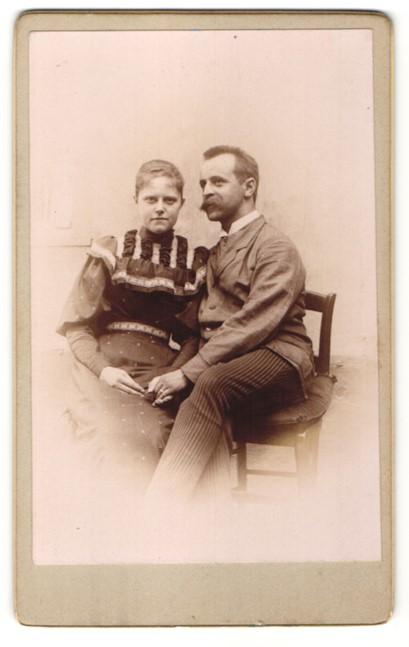 Fotografie unbekannter Fotograf und Ort, Portrait Paar in zeitgenöss. Garderobe